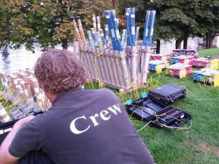 Gert van Roekel tijdens de opbouw van een vuurwerkshow van Xena Vuurwerk