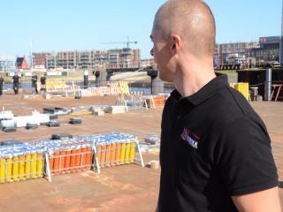 Theo Pieter de Groot tijdens de opbouw van een vuurwerkshow van Xena Vuurwerk