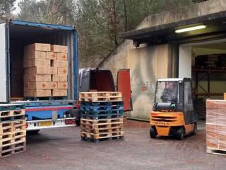 Lossen van een vuurwerkcontainer van Xena Vuurwerk bij de opslaglocatie op het bunkerpark in Reken - Duitsland